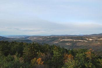 Lačna je položna krožna pot in družinski izlet v naravi. Vidijo se hribi Koprskih brd, Čičarije in Istre.