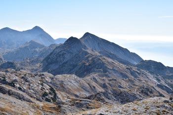 Krožna pot na Lanževico nas vodi mimo Koče pod Bogatinom in nato preko Mahavšča in planine Govnjač globoko pod Tolminskim Kukem.