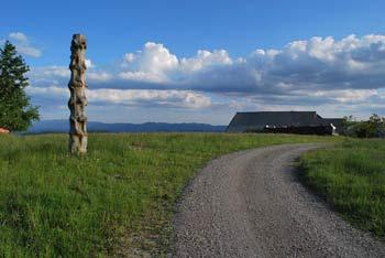 Krožna pot na Lavrovec je lahka in primerna tudi kot družinski izlet. Iz vrh se lepo vidi Ljubljansko barje in Krimsko hribovje.