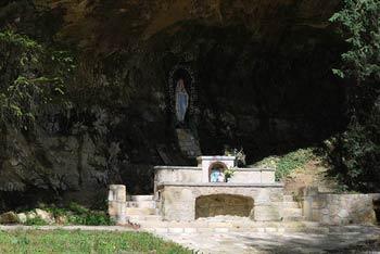 Lurška jama se nahaja ob vznožju Bohorja, znana pa je po izviru za oči blagodejne vode.
