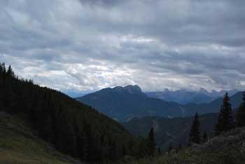Mala Peca je nezahteven izlet v naravi. Nanjo vodi krožna pot. Hribi, razen Peca, se ne vidijo.