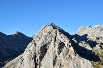 Mala Tičarica si z Veliko Zelnarico, katere južna pobočja se vidijo izvrstno, deli dolg greben nad Dolino Triglavskih jezer.