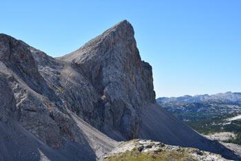 Mala Zelnarica je eden izmed brezpotnih vrhov v Julijskih Alpah, ki nas navduši s svojo značilno klinasto obliko. Nanjo planinci iz Zasavske koče na Prehodavcih zaidejo le redko.
