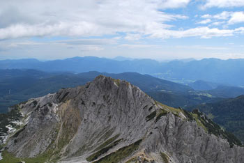Brezpotni Mali Draški vrh se nahaja severno od Viševnika.