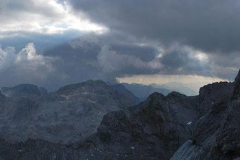 Mali Triglav se nahaja na grebenu proti višjemu bratu visoko nad Domom Planina in Kredarico.