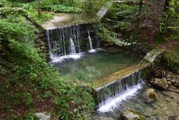 Marija Snežna nad Breginjem ima pešpot, ki nas vodi ob potku Bela z jezovi preko katerih nastajajo manjši slapovi.