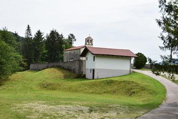 Marija Snežna nad Breginjem je pokopališka cerkvica vrh razglednega hriba.