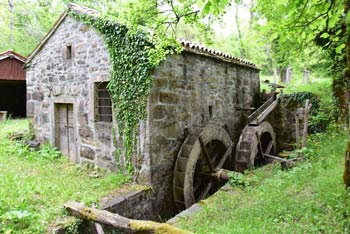 Mazurinov mlin poganjata dve vodi kolesi, nahaja pa se blizu reke Dragonje.