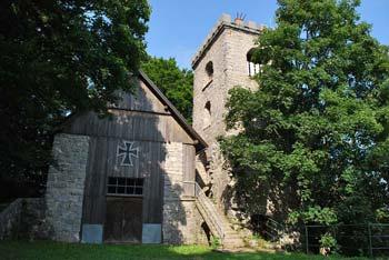 Na Mirni Gori se nahaja planinski dom in obnovljena cerkev katere zvonik je tudi razgledni stolp.