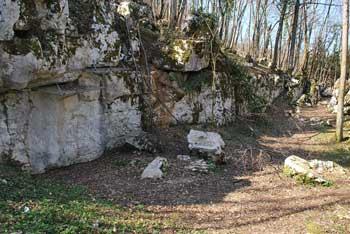 Na družinskem izletu do Mitreja pri Rožancu pod cerkvijo Svetega Jurija se vidijo hribi Gorjancev in Semiška gora.