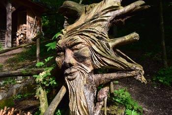 Do mlinčkov nas vodi sprehajalna pot skozi gozd, prišli pa bomo do lesenega škrata, ki bo otrokom še posebej všeč.