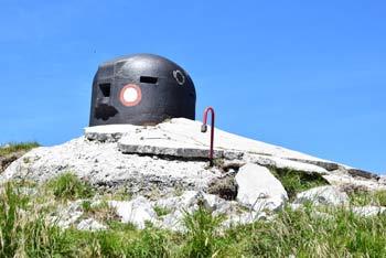 Možic ima na vrhu kovinski bunker, z njega pa se odlično vidi proti Črni prsti in Šavniku.