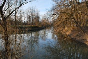 Mrzla dolina se nahaja pod Debnim vrhom. Pot do nje in ribnika poteka ob reki Ljubljanici blizu Zaloga.