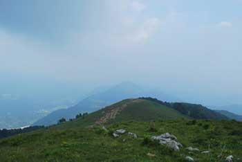Mrzli vrh se nahaja nad Idrijsko planino in vzhdno od bolj zananega Matajurja.