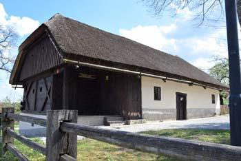 Muljava je vas na prehodu Dolenjskega podolja v Suho krajino. Na slednjo se med hojo večkrat odprejo široki razgledi.