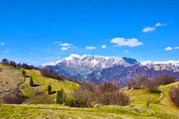 Preko hriba Na gradu vodi državna meja z Italijo, vrh pa je znan po rovih in bunkerjih iz prve svetovne vone.