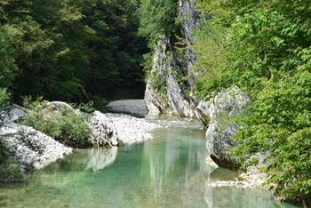 Nadiža se ponaša z več manjšimi koriti preko katerih teče njena zeleno turkizna voda.