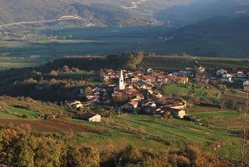 Iz Obelunca nad Gočami se lepo vidi bližnji Erzelj, Vipavska dolina in Nanoška planota.