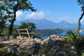 Ojstrica nad Blejskim jezerom nam nudi razgledna greben Stola in Begunjščico za njem.