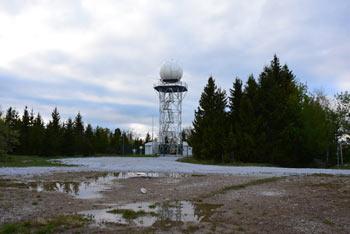 Pasjo ravan, nekoč najvišji vrh Polhograjskih Dolomitov je vojska znižala in na njej zgradila raketno oporišče.