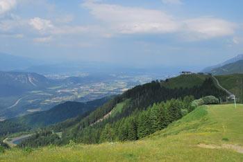 Na Peč-Tromejo nad Ratečami vodi krožna učna pot s razgledom na Tamar in višje na Dobrač nad Ziljsko dolino.