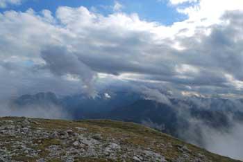 Iz gore Peca ali Kordeževa glava se vidijo koroški hribi, zlasti Uršljo goro. Nanjo vodi zelo zahtevna krožna pot.