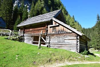 Planina pri Jezeru se nahaja v osrčju Fužinarskih planin v Julijskih Alpah.