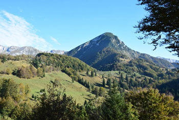 Ko gremo na planino Razor se lepo vidi greben Žabiškega Kuka.