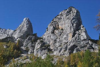 Triglavski dom na Kredarici je dosegljiv iz doline Vrata in doline Krma.