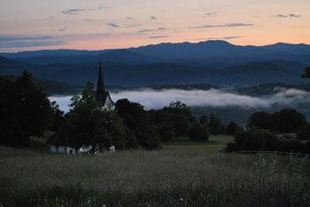 Nad Polževim je cerkvica Svetega Duha. Nanj gremo iz Višnje gore.