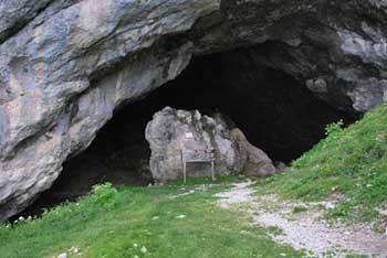 Pri Potočki zijalki se odpre razgled na Kamniško-Savinjske Alpe z najvišjimi vrhovi.