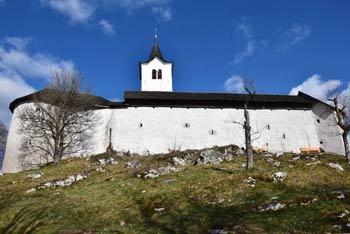 Protiturški tabor Cerovo odlikuje izvrstno ohranjen obrambni zid okoli cerkvice svetega Nikolaja.