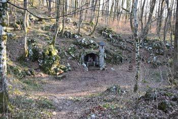Pod protiturškim taborom Cerovo se nahaja zdravilna Votlina s kapelico posvečeno Antonu Puščavniku .