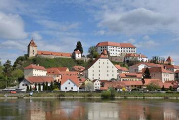 Ptuj kot se vidi s desnega brega reke Drave, kjer lepo izstopa grajski grič z gradom.