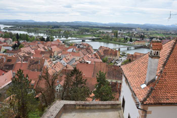 Razgled s Ptujskega gradu na staro mestno jedro in Dravsko polje.