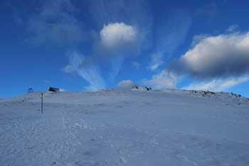 Ratitovec je znani vrh nad Jelovico. Z njega se dobro vidi proti Poreznu.
