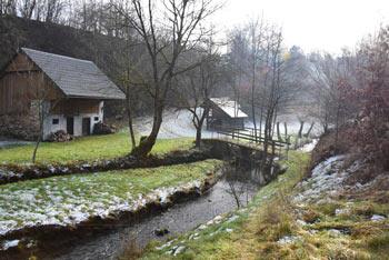 Reka Rača je bila znana po številnih mlinih. Eden bolj znanih, Majcetov mlin se nahaja v dolini tik pod vasjo Krašce.
