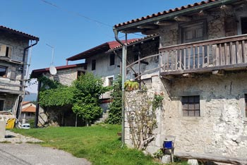 Robidišče se ponaša s kamnitimi hišami zgrajenimi v beneško slovenskem slogu.