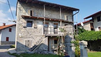 Robidišče je stara vas v Breginjskem kotu z ohranjenimi starimi hišami.