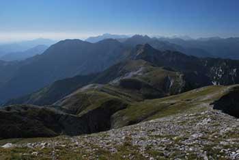 Iz Rodice se odpre pogled na Julice, Bohinjsko jezero in Škofjeloško hribovje proti jugu, kjer dominira Blegoš in zahodno od njega Porezen.
