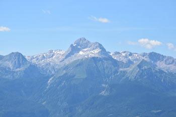 Šavnik je nekoliko odmaknjen in zato manj obiskan vrh nad Soriško planino.