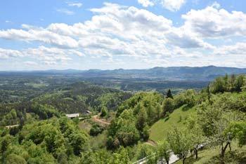 S Šentjungert se odpre širok razgled proti vzhodni Savinjski dolini vse do Boča.