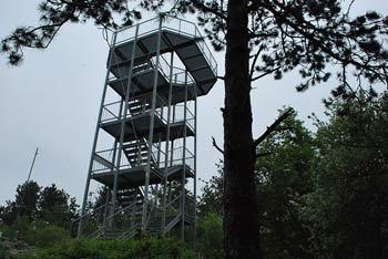 Na Škabrijel vodi krožna pot, na vrhu pa bomo občudovali Goriško iz razglednega stolpa.