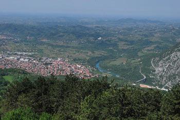 Neposredno ob Škabrijelu se nahaja vrh Sveti Danijel. Stojita na robu Banjšic.