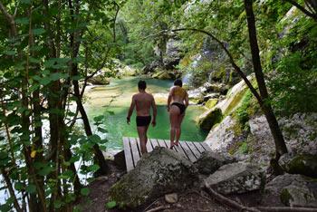 Slap Virje ima dva tolmuna v katerih lahko zaplavamo. V desnega lahko skočimo z lesene ploščadi.