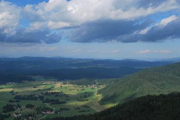 Na Špičasti vrh vodi krožna pot po prostranstvih Trnovskega gozda.