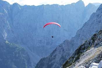 Srednja Ponca se dviga nad Tamarjem in Planico ter nad Mangartsko dolino in Belopeškima jezeroma.