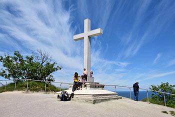 Strunjanski križ se nahaja nad istoimenskimi solinami, z njega pa se po strmi pešpoti spustimo proti Mesečevemu zalivu.