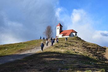Sveta Ana je nad Ljubljanskim barjem ter bližnjimi hribi in nudi razgleden izlet v naravi