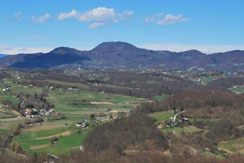 Iz Svete Eme pri Podčetrtku se odlično vidi Boč, proti sosednji Donački gori in zgornje Sotelsko gričevje.